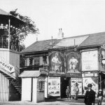 Pretscher, Präuscher und Schaafs Rutschbahn, daneben Schnellphotograph und Flohzirkus, Ausstellungsstraße 137 (heute Ausstellungsstraße)