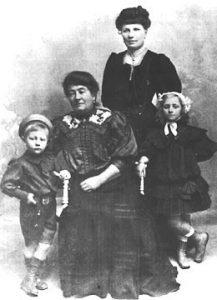 v.l.n.r.: Bruder Albert, Großmutter Anna, Mutter Elise und Helene Schaaf