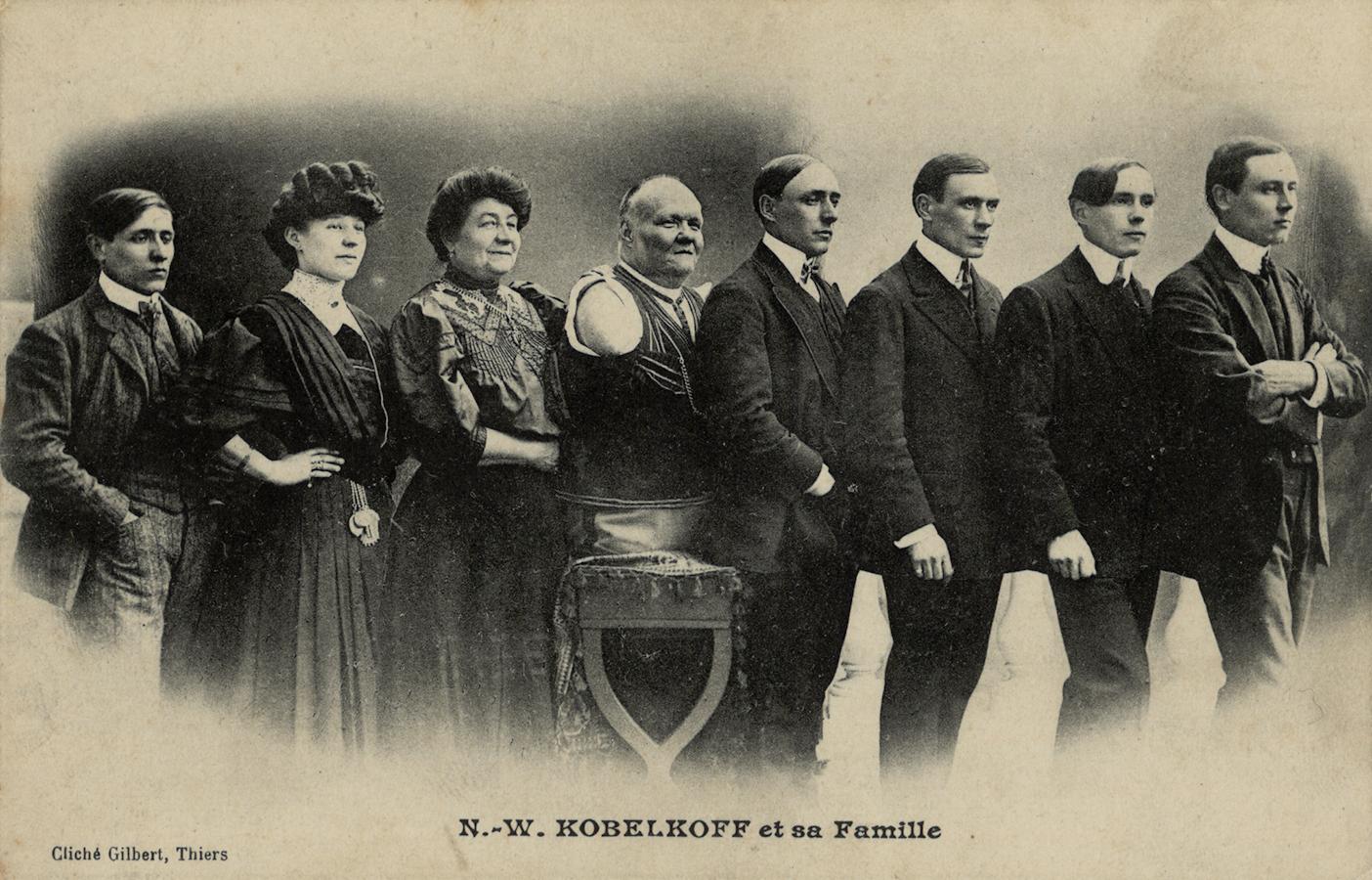v.l.n.r.: Sohn Ernst, Tochter Helene, Ehefrau Anna, Nikolai Kobelkoff, Sohn Alexander, Sohn Otto, Sohn Paul und Sohn Nikolai