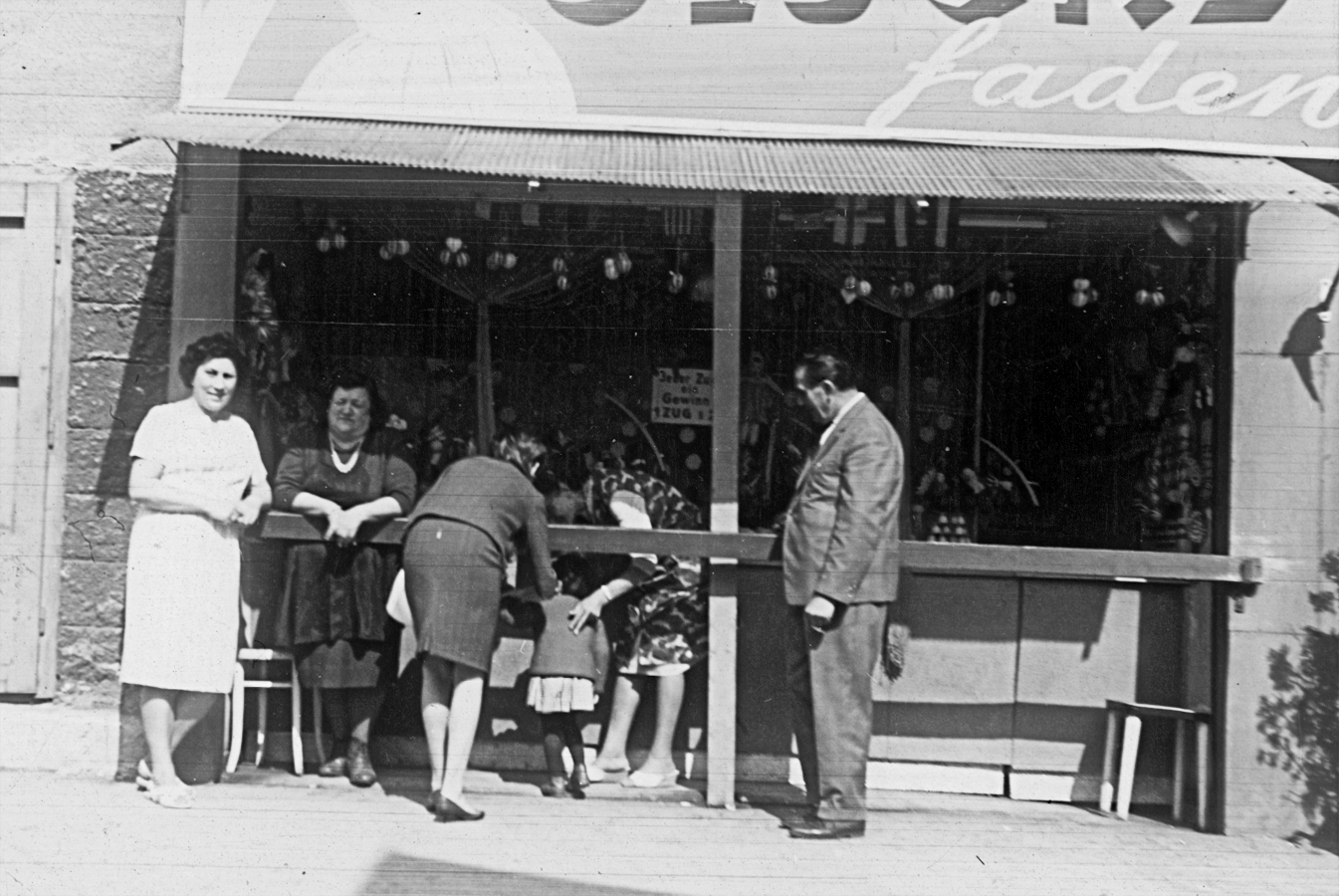 v.l.n.r.: Nichte Brigitte, Helene Schaaf, Mitarbeiterin und Kunden im Fadenzug, Prater 44, 1964